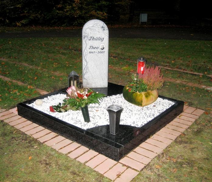 stele mit einfassung urnengrab grabmale vonr den. Black Bedroom Furniture Sets. Home Design Ideas