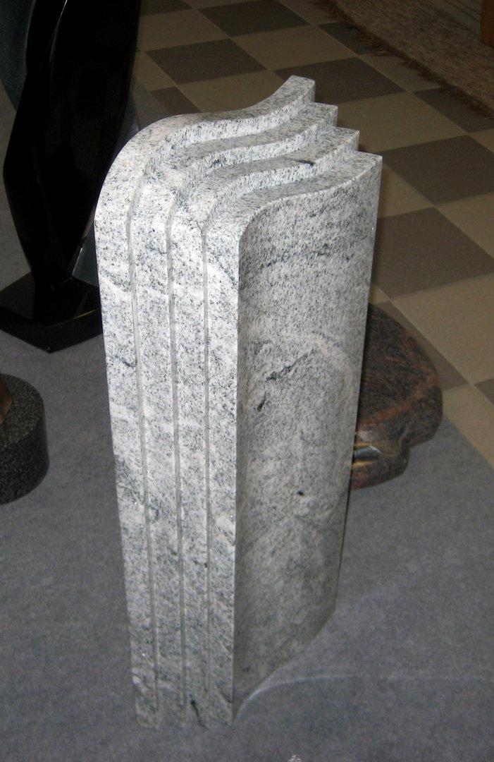 grabstein aus granit mit abgestuften seiten grabmale vonr den. Black Bedroom Furniture Sets. Home Design Ideas