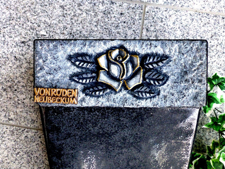 Grabmale Vonrüden Liegendes Denkmal mit Rosenblüte